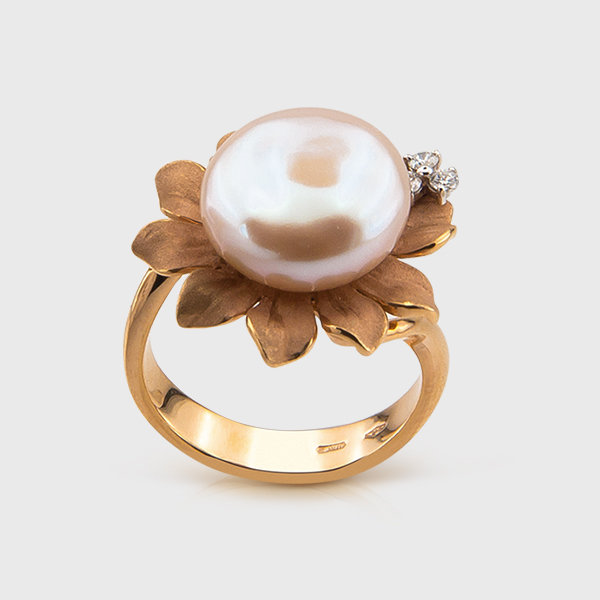 Pearl and diamond ring in 18k Yellow Gold