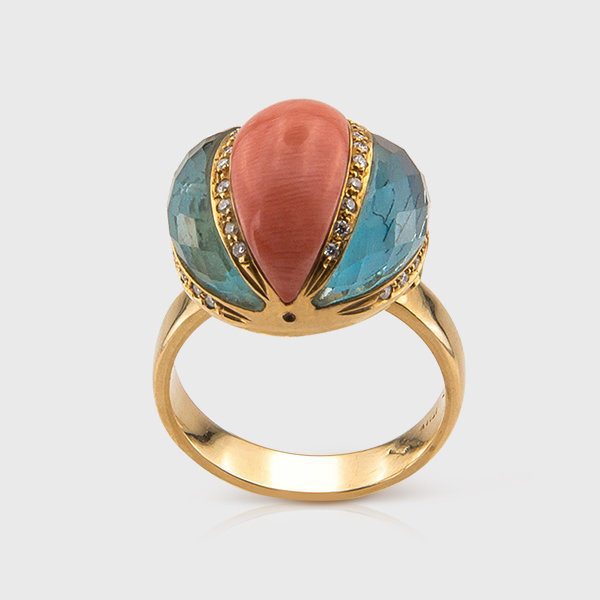Coral and blue topaz ring in 18k yellow gold