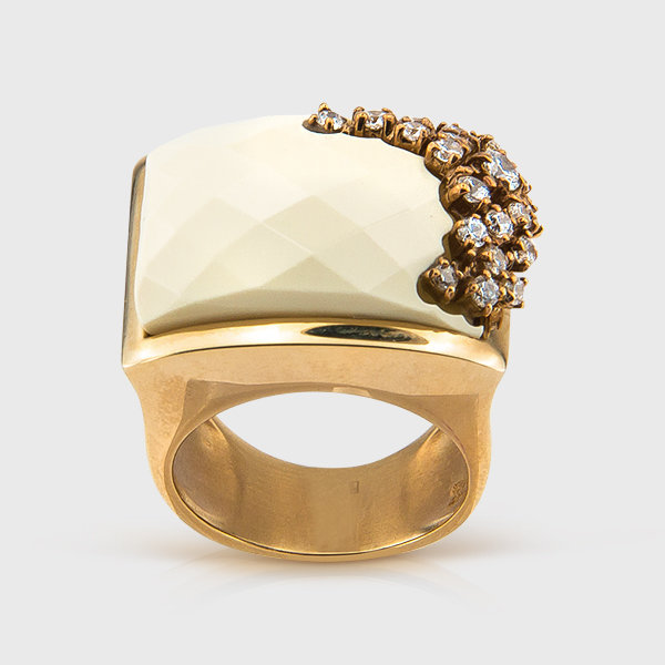 White onyx ring in 14k yellow gold