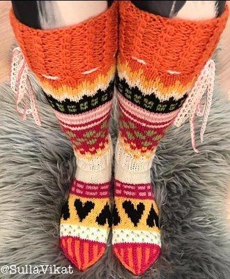 Värikkään mökin sukat (pdf-tiedostona sähköpostiin)
