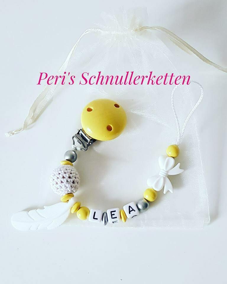 Schnullerkette Feder, Häkelperle gelb/weiß