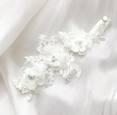 Svatební podvazek s jemným nádechem modré