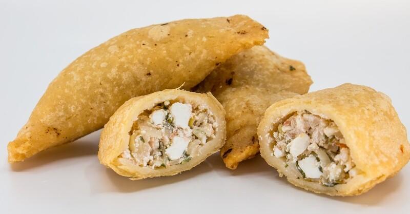 Empanadas aus Maisteig mit Kraut-Karotten-Käse-Fülle