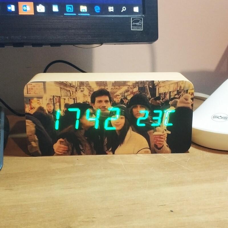 שעון מעורר שולחני עם תמונה ומד טמפרטורה