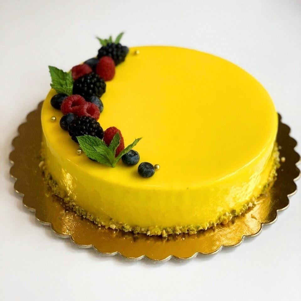 Moussový dort osázený lesními plody