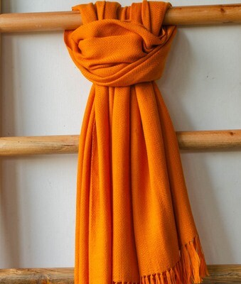 Hand-woven woollen shawl dyed with tesu