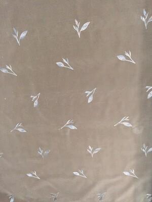 Tissu F coupon  velours de couleur taupe brodé de fleurs en 140 cm de large sur 3 m