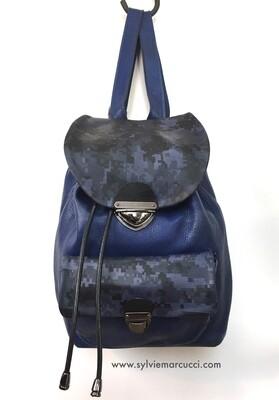 sac à dos aventure en cuir bleu et  sérigraphie sur cuir  modèle unique dans ce coloris