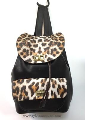 sac à dos aventure, en cuir rabat sérigraphié léopard, pièce unique