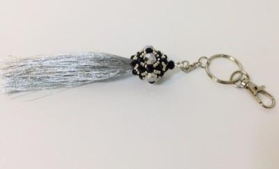 Bijou de sac à pompon argenté et noir, porte clés, anneaux et mousquetons bijou artisanal pièce unique