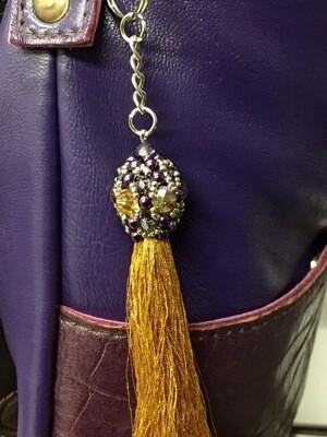 Bijou de sac à pompon métallisé et perle coloré,porte clés, anneaux et mousquetons bijou artisanal pièce unique