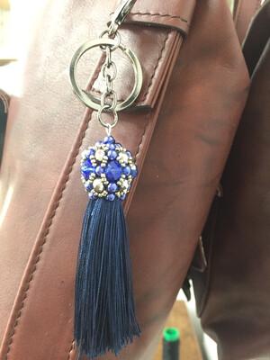 Boule bleu et pompon bleu pendentif de sac ou porté clé/ fait main pièce unique