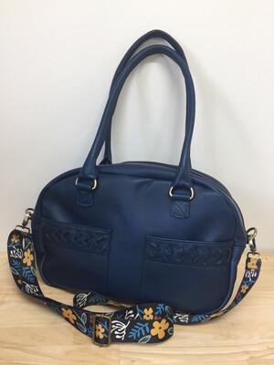 Lara cuir souple français, couleur bleu porté épaule, bandoulière amovible, pièce unique, fait à Toulouse, modèle déposé