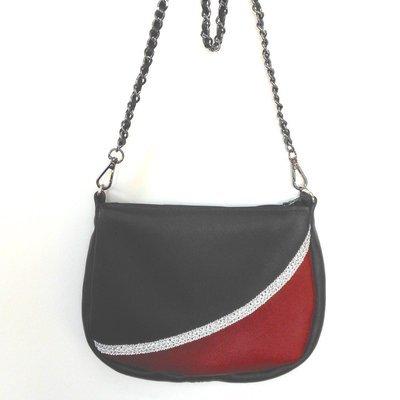vogue Sac cuir noir, cuir rouge, galon argent. sac bandoulière, porté épaule
