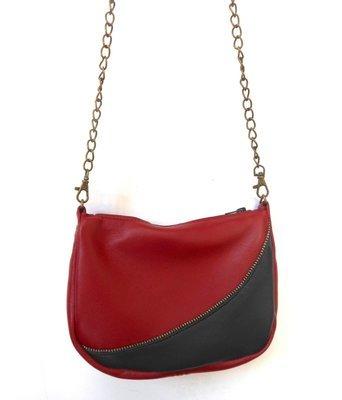 Vague Sac cuir rouge et noir, galon noir et or. sac bandoulière, porté épaule