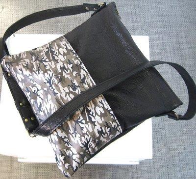 Chloé Sac bandoulière en cuir Noir et sérigraphie sur cuir impression camouflage, porté épaule, pièce unique#cuir femme