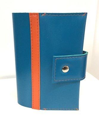 My carnet Couverture en cuir bleu, fermé par une pression. Cahier cuir rechargeable