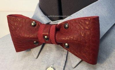 Noeud papillon en cuir / noeud papillon de couleur Bordeaux avec rivets bronze / noeud papillon pour homme ou femme / noeud papillon en cuir #véritable cuir 100% Français# noeud papillon mariage.