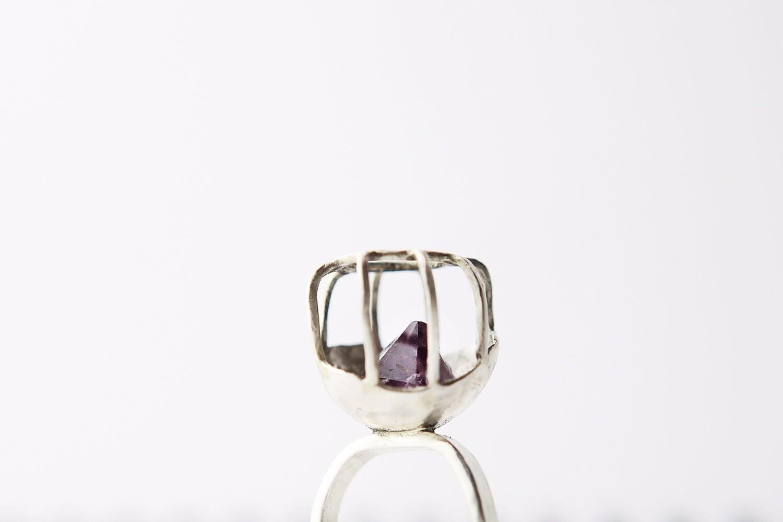 Кольцо с кристаллом аметиста в клетке
