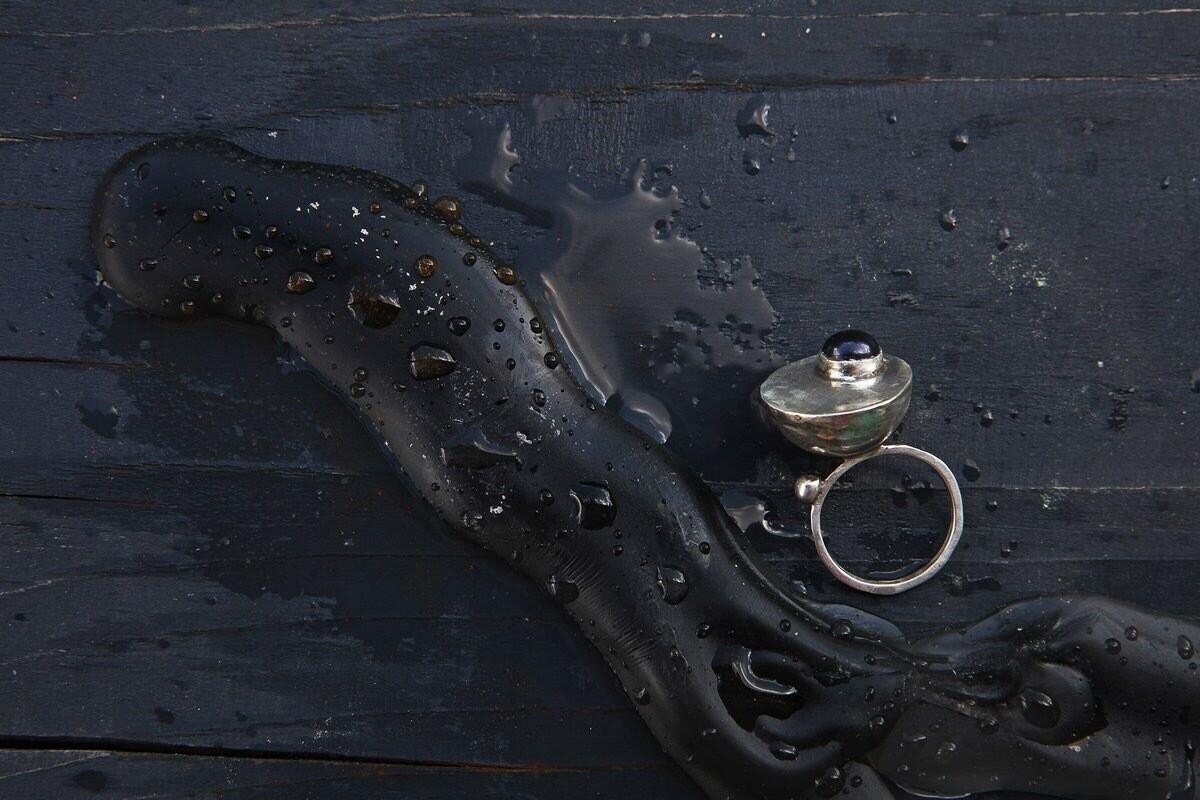 Кольцо с чёрной жемчужиной на полусфере