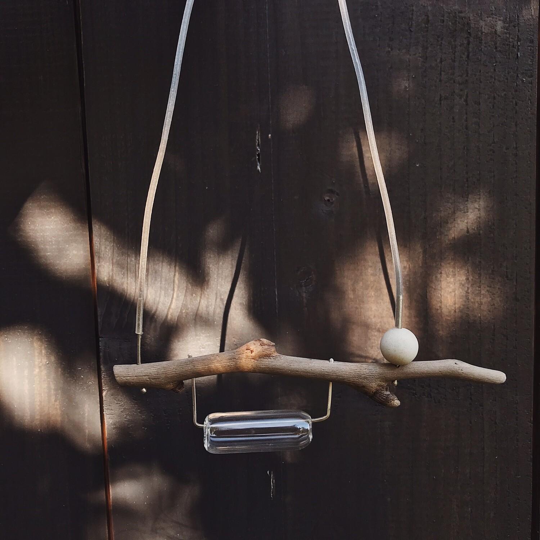 Подвеска из дрифтвуда, муранского стекла, белого шарика агата, серебра и каучукового шнура.