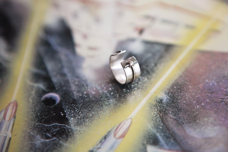 Разъёмное кольцо с тонкой палочкой зелёного турмалина