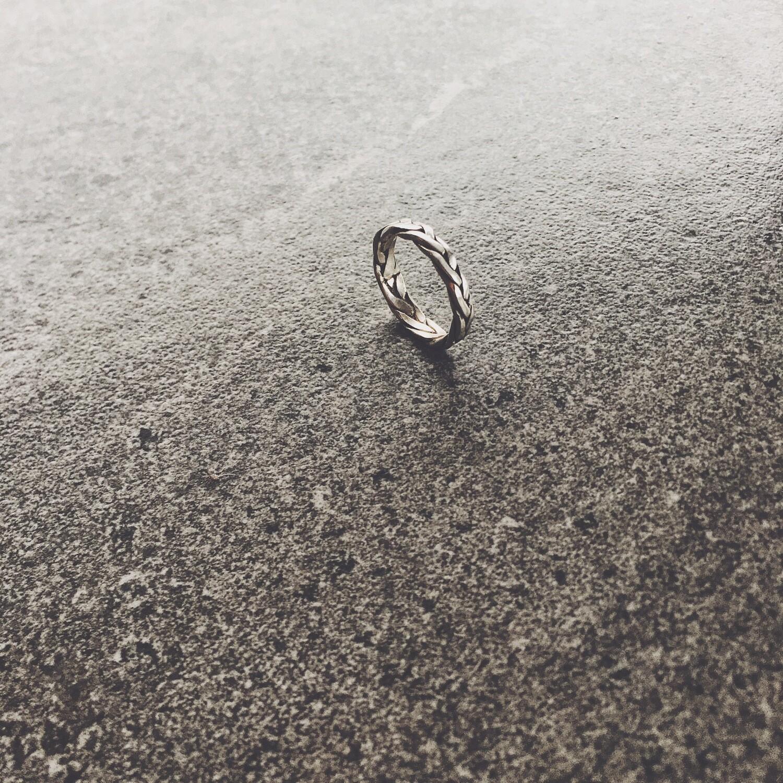 Кольцо серебряная косичка