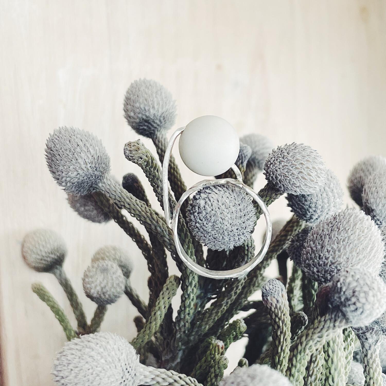 Кольцо с шариком белого агата.