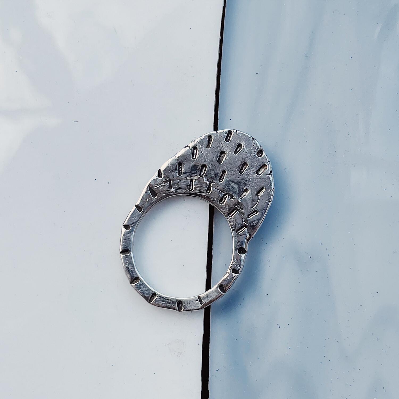 Плоское толстое кольцо с разными фактурами с двух сторон