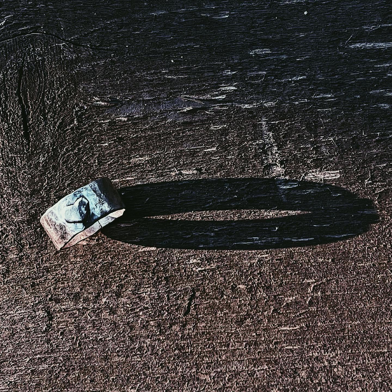 Широкое кольцо с объемным сердцем и «АХ'ом» внутри.