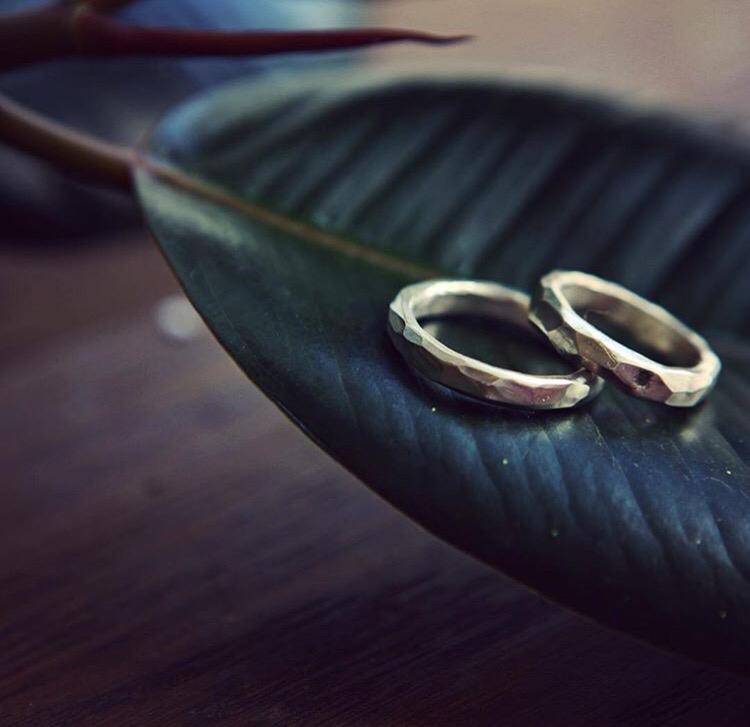 Обручальные кольца с гранями и камнем