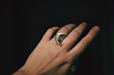 Широкое кольцо с серебряным месяцем