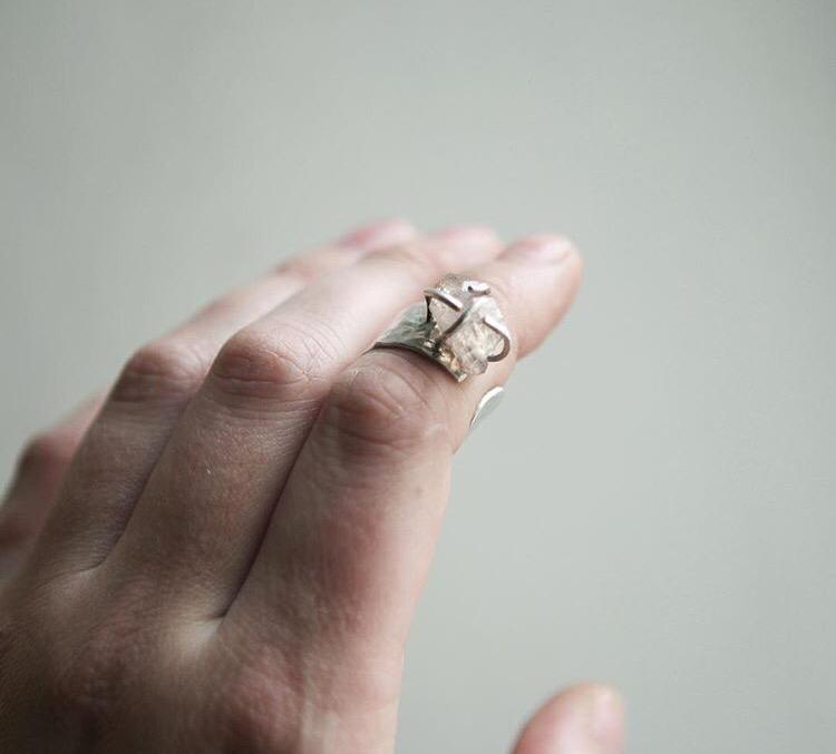 Широкое серебряное кольцо с кристаллом кварца с розовыми включениями