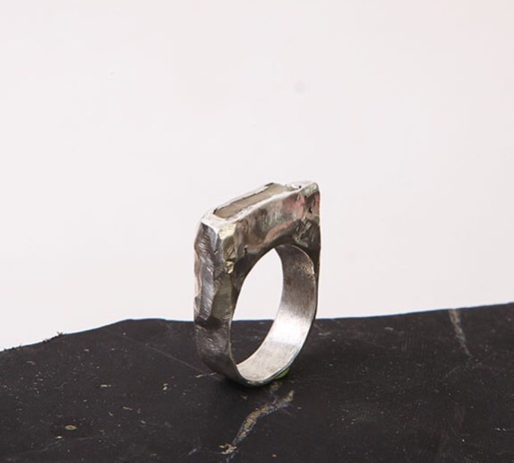 Серебряное крупное кольцо с янтарём