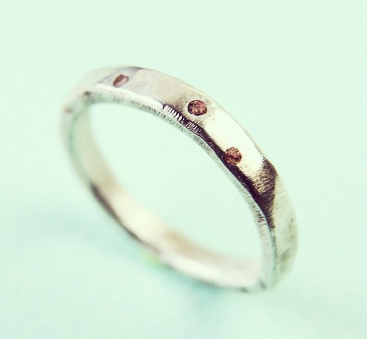 Серебряное кольцо с маленькими камешками