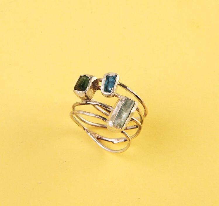 Переплетённое серебряное кольцо с тремя камнями