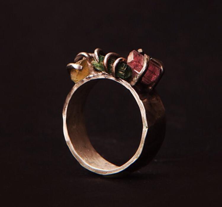 Широкое серебряное кольцо с янтарём и турмалином