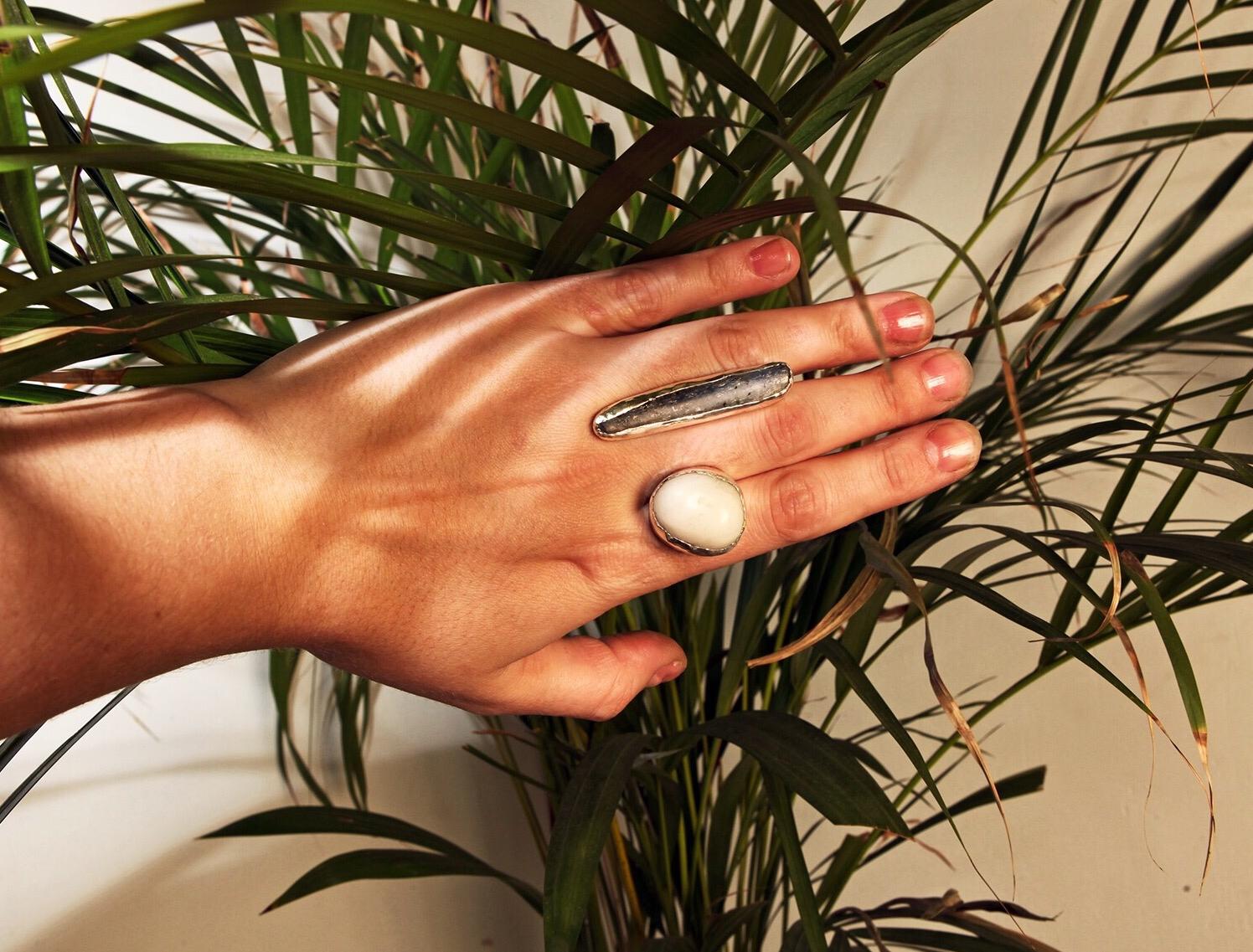 Крупное серебряное кольцо с камнями