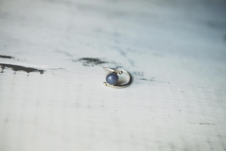 Серебряное кольцо с шариком кварца