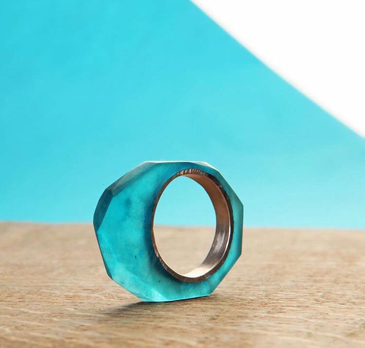 Серебряное кольцо с голубой эпоксидной смолой