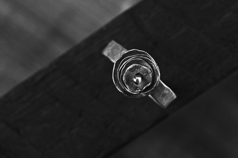 Кольцо с серебряным цветком