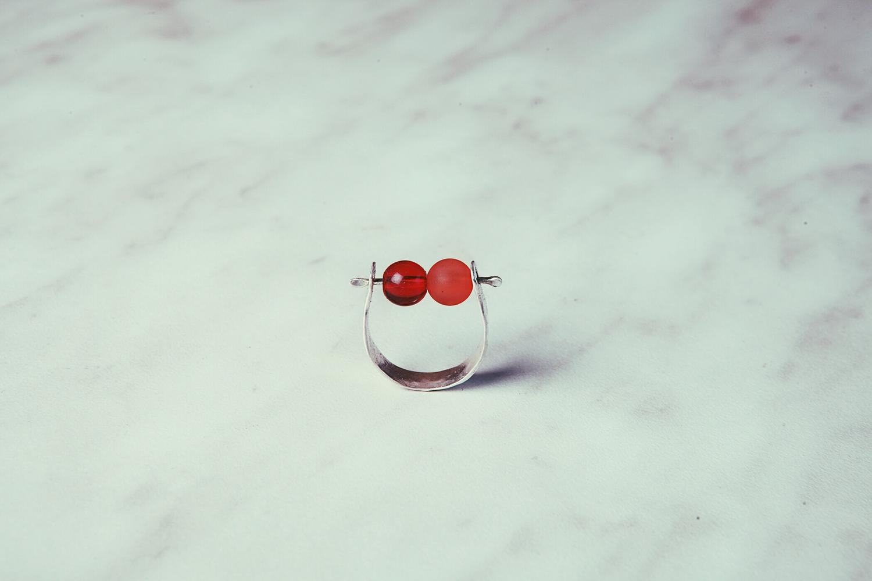 Кольцо с двумя подвижными шариками