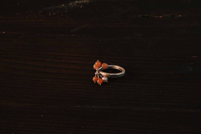 Кольцо с пятью подвижным шариками авантюрина и одной жемчужиной.