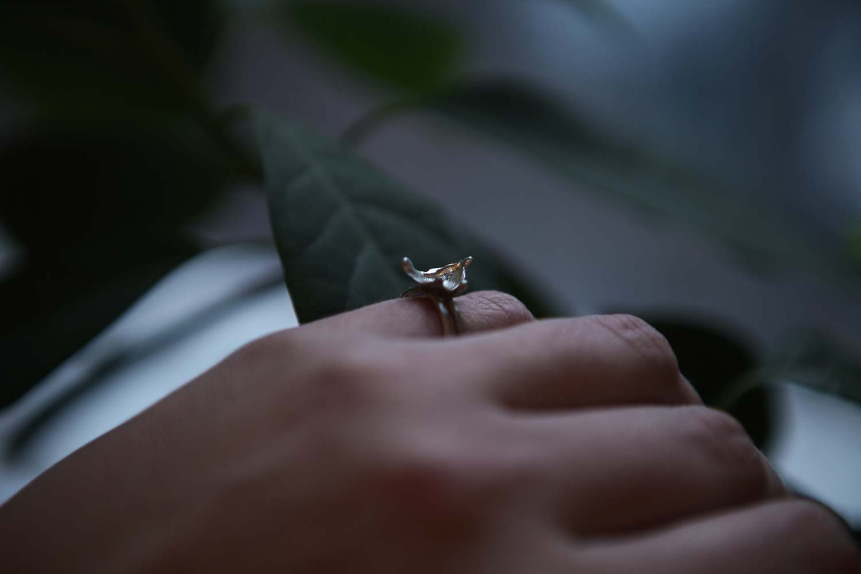 Серебряное двойное кольцо с серебряным всплеском. размер 16.8