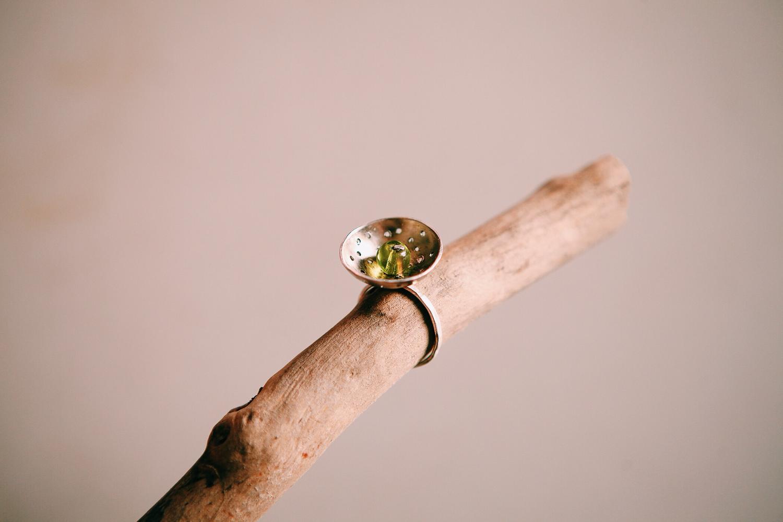 Кольцо-дуршлаг с зелёным стеклянным шариком