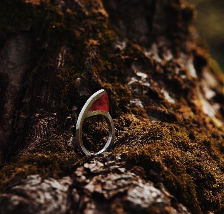 Кольцо с красной смолой