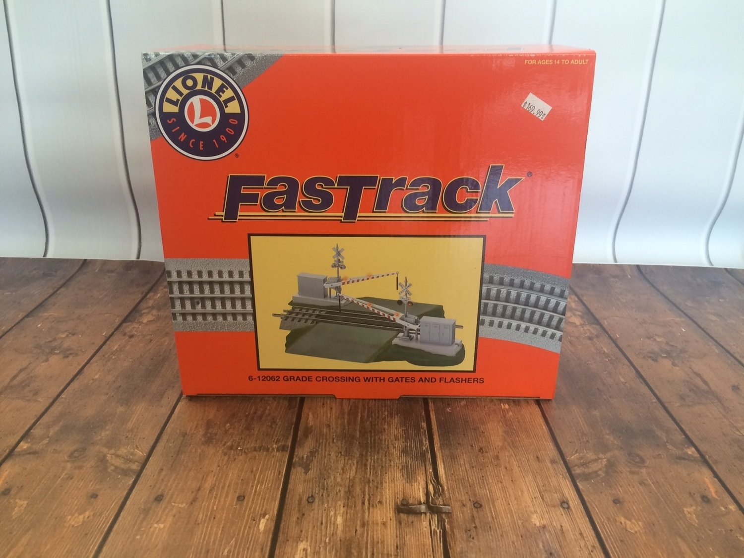 Lionel FasTrack Grade Crossing with Gates and Flashers - 6-12062 (NEW IN BOX)