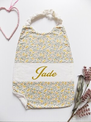 Bavoir serviette prénom personnalisé coton éponge motif fleur vert