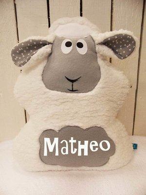 Coussin mouton tout doux avec prénom gris et blanc