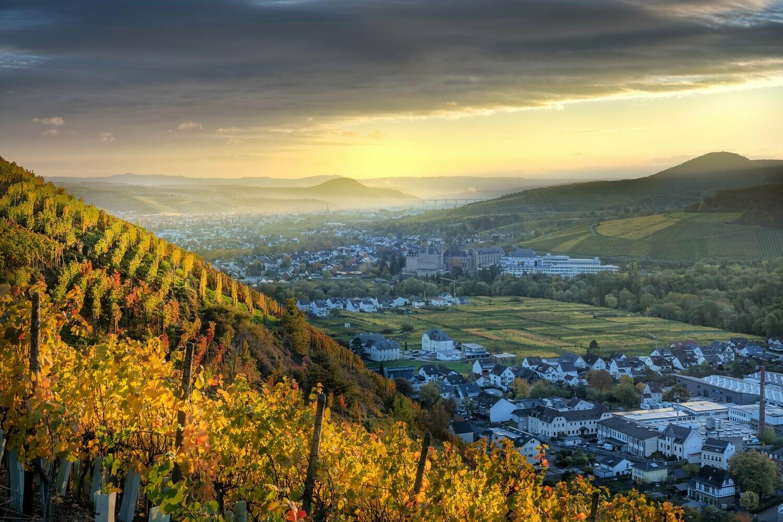 Blick auf Ahrweiler und das ehemalige Kloster Kalvarienberg - Leinwand